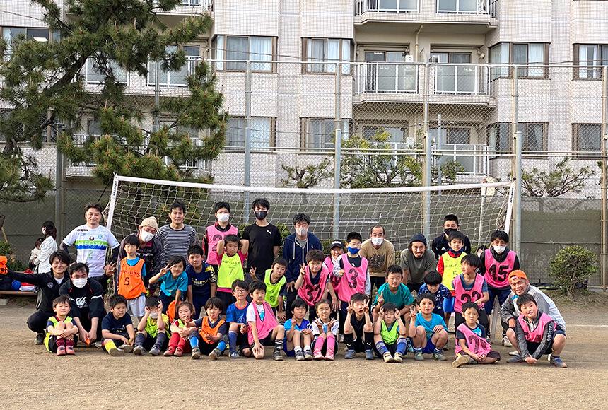 親子サッカーを楽しむ大人と子ども