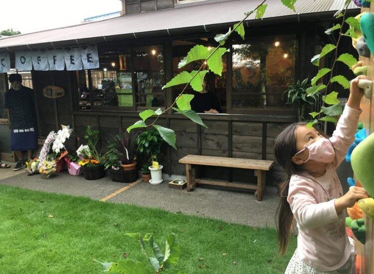 7325COFFEE(ナミニココーヒー)店舗の前で遊ぶ子ども