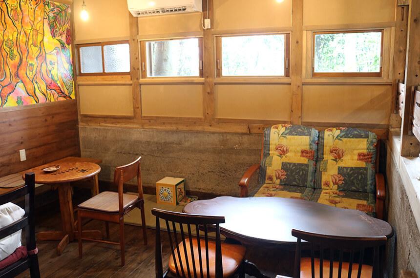 7325コーヒー(ナミニココーヒー)店内のテーブルと椅子