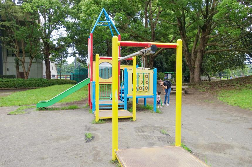 子供広場のターザンロープのような小さな子ども向け遊具