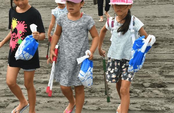 江ノ島ビーチクリーン体験をする子ども