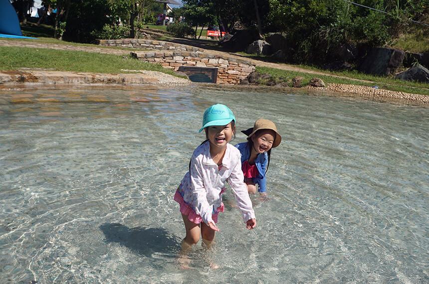 じゃぶじゃぶ池で遊ぶ子ども