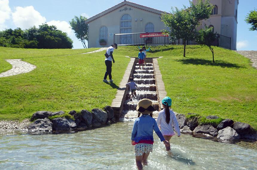 じゃぶじゃぶ池にある階段状の小さな滝