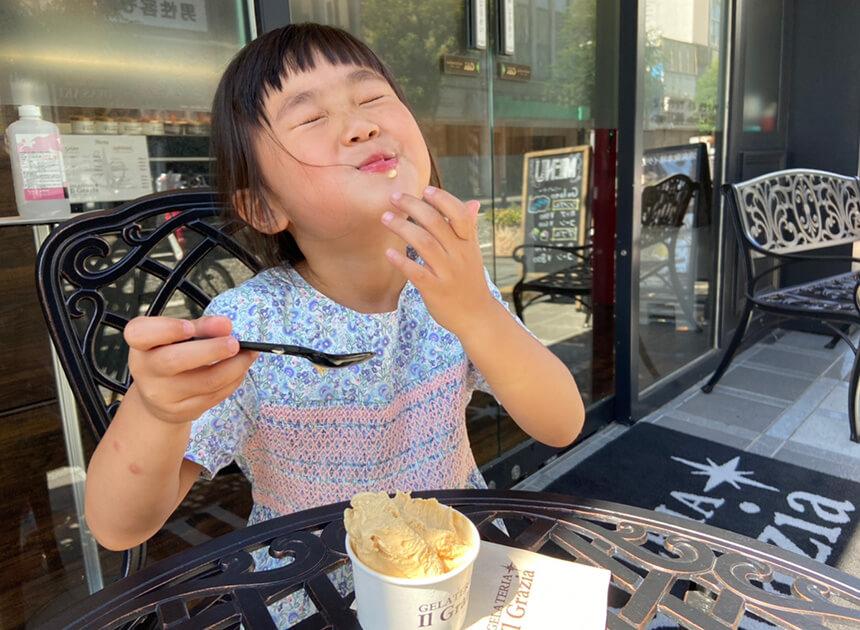 ジェラートを食べる子ども