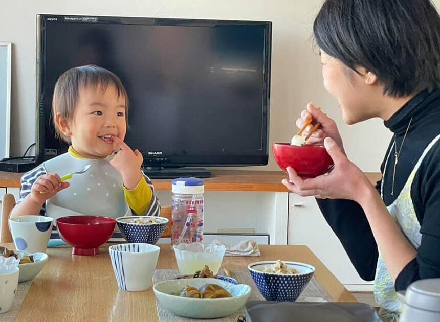 重ね煮のお料理を食べるママと子ども