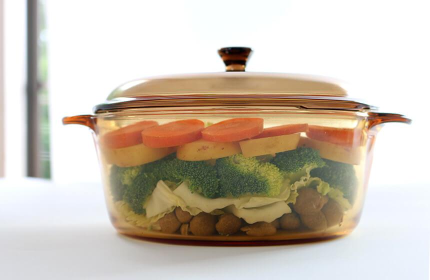 食材を切って重ねて入れた鍋