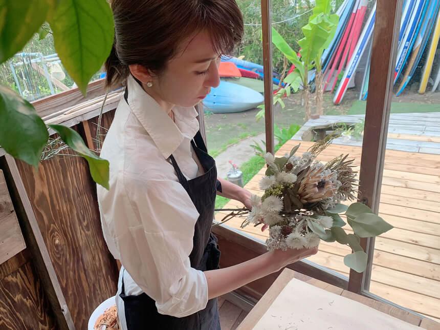ウエディングの会場装飾を準備する大河内奈々子さん