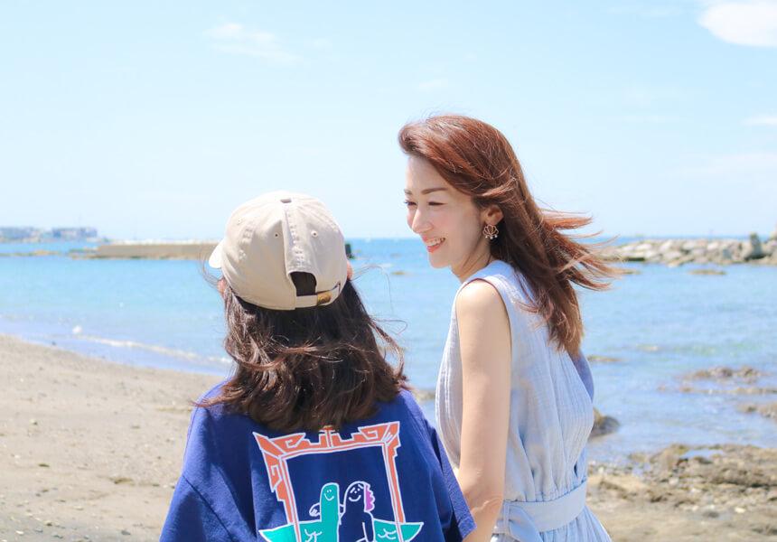葉山の海で話す大河内奈々子さんと息子さん