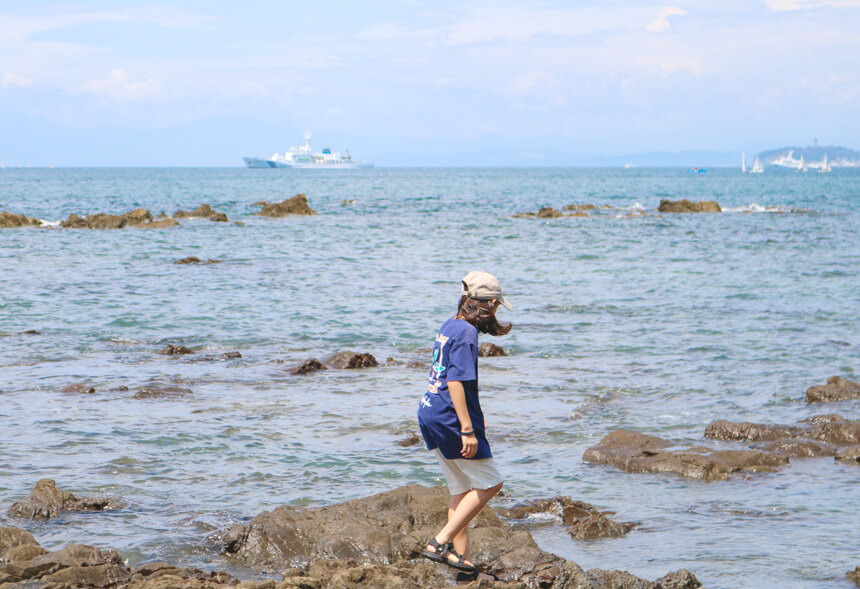 葉山の海で遊ぶ大河内奈々子さんの息子さん
