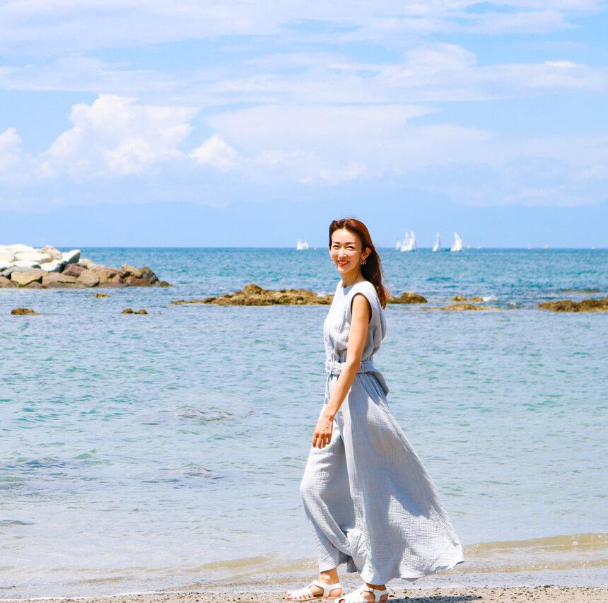 葉山の海を歩く大河内奈々子さん