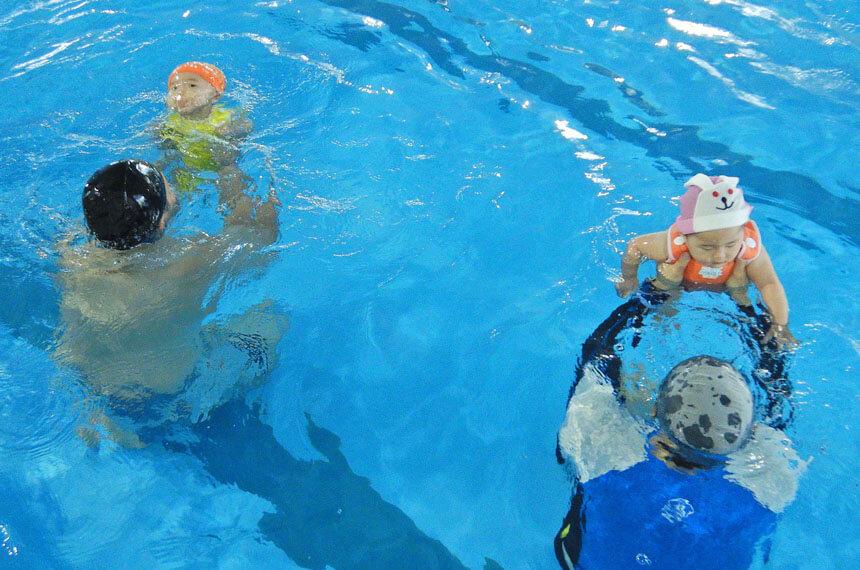 親子で水の中に潜る練習