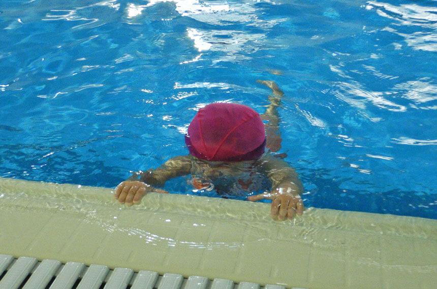 水の中で練習する子ども