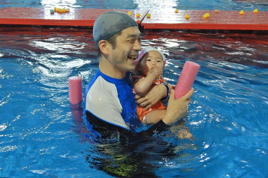 ベビースイミングに参加するパパと子ども