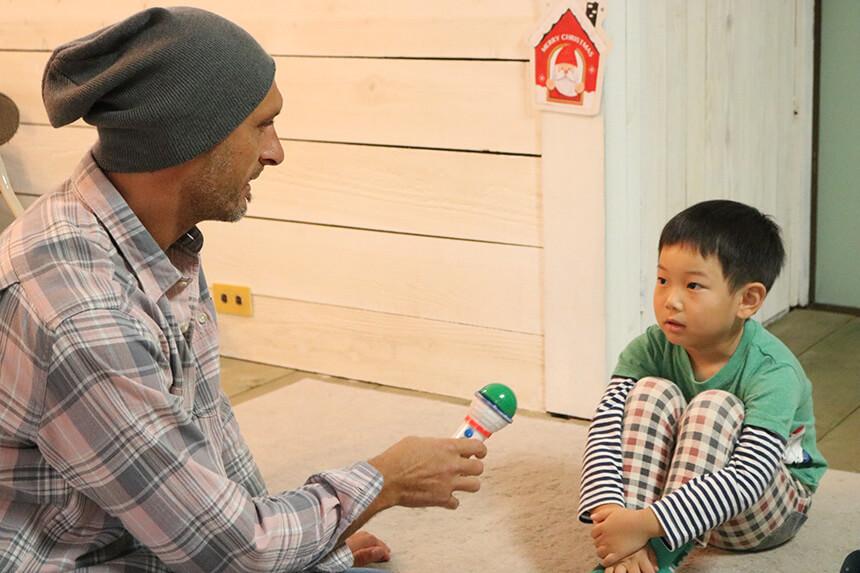 英会話レッスンでインタビューをする先生と子ども