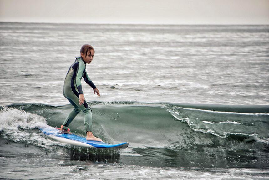 湘南でサーフィンをする子ども