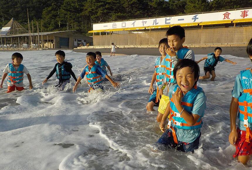 葉山の学童「タイドプール」で海で遊ぶ子どもたち