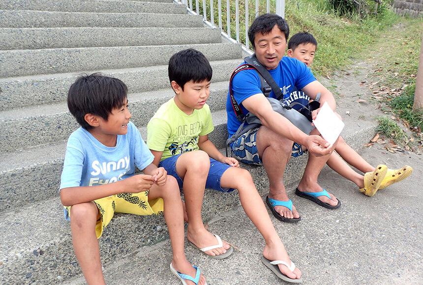 学童の子どもたちとタイドプール代表の今村さん