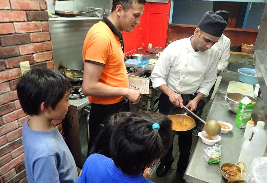ネパール人経営のレストランでインタビュー体験する子ども
