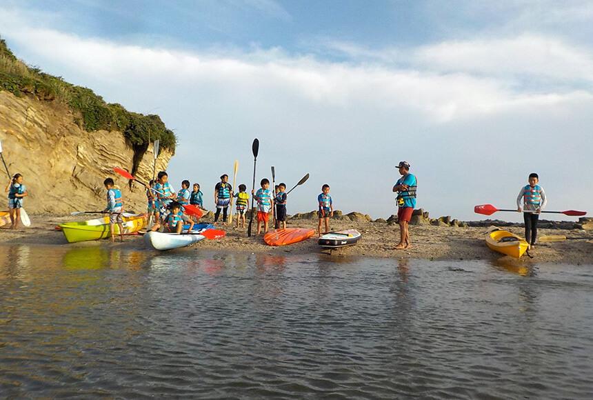 海のアクティビティ「シーカヤック」を体験する子ども
