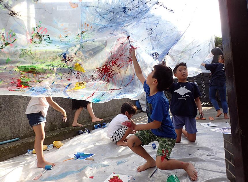葉山「タイドプール」でアートを楽しむ子ども