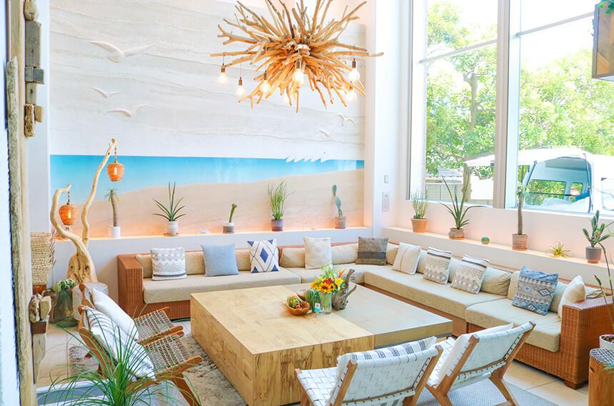 「葉山うみのホテル」のカフェスペース