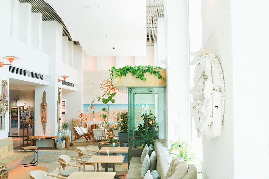 「葉山うみのホテル」のロビーラウンジ兼カフェスペース