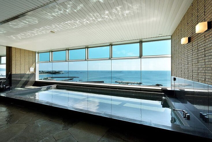 葉山の海を一望できる人工温泉