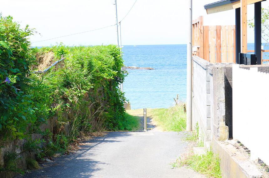 『葉山うみのホテル』から海岸への通り