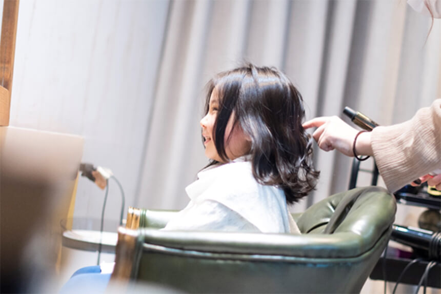 写真館「ディアスタジオ」隣の美容室でヘアメイクする子ども