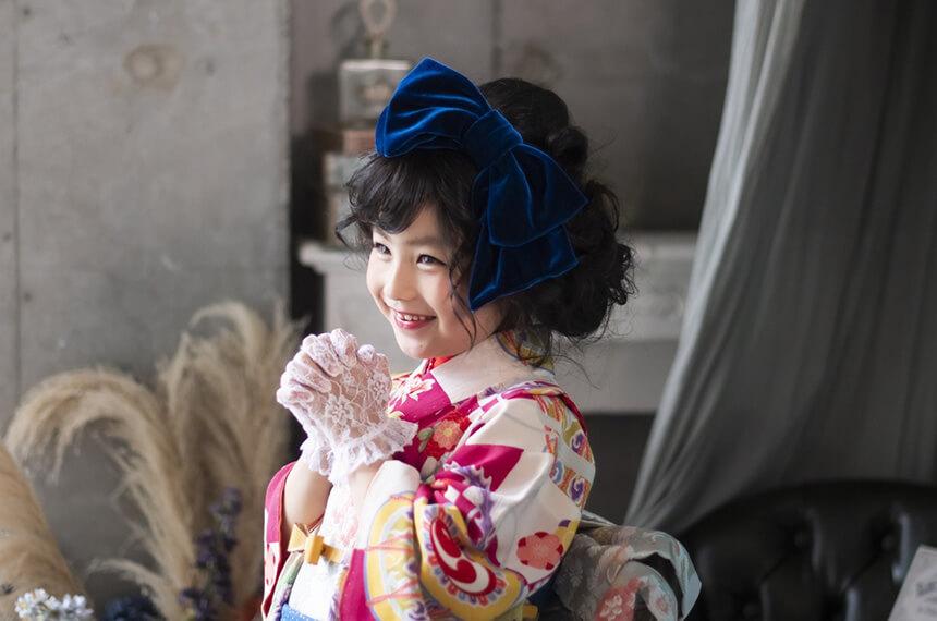 「キモノガール」衣装で七五三前撮りをする女の子