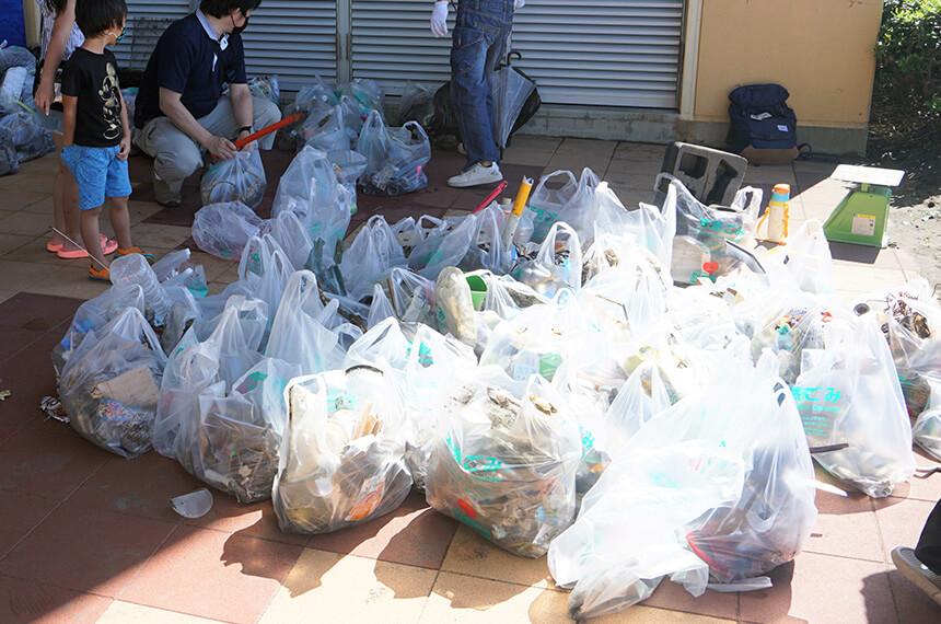 ビーチクリーンで集まった大量のゴミ
