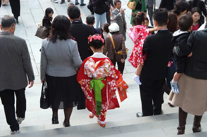 鎌倉『鶴岡八幡宮』で七五三参りをする親子